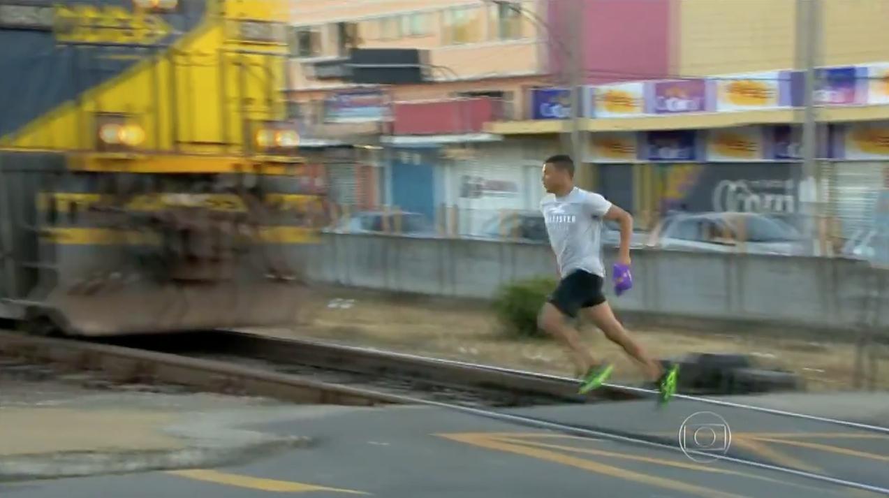 Fantástico::Pedestres se arriscam em cruzamentos de linhas de trem